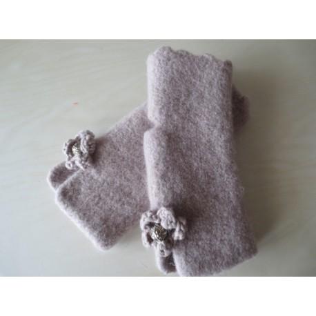 Handgefertigte Handstulpen in Hellbraun, strickgefilzt
